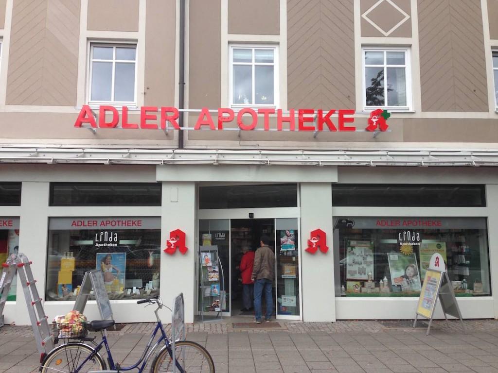 LED Schriftzug Adler Apotheke mit grünen Kreuz