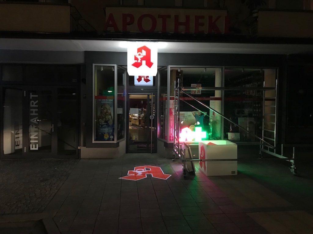 Nachtansicht LED Werbung Apotheke Kopie