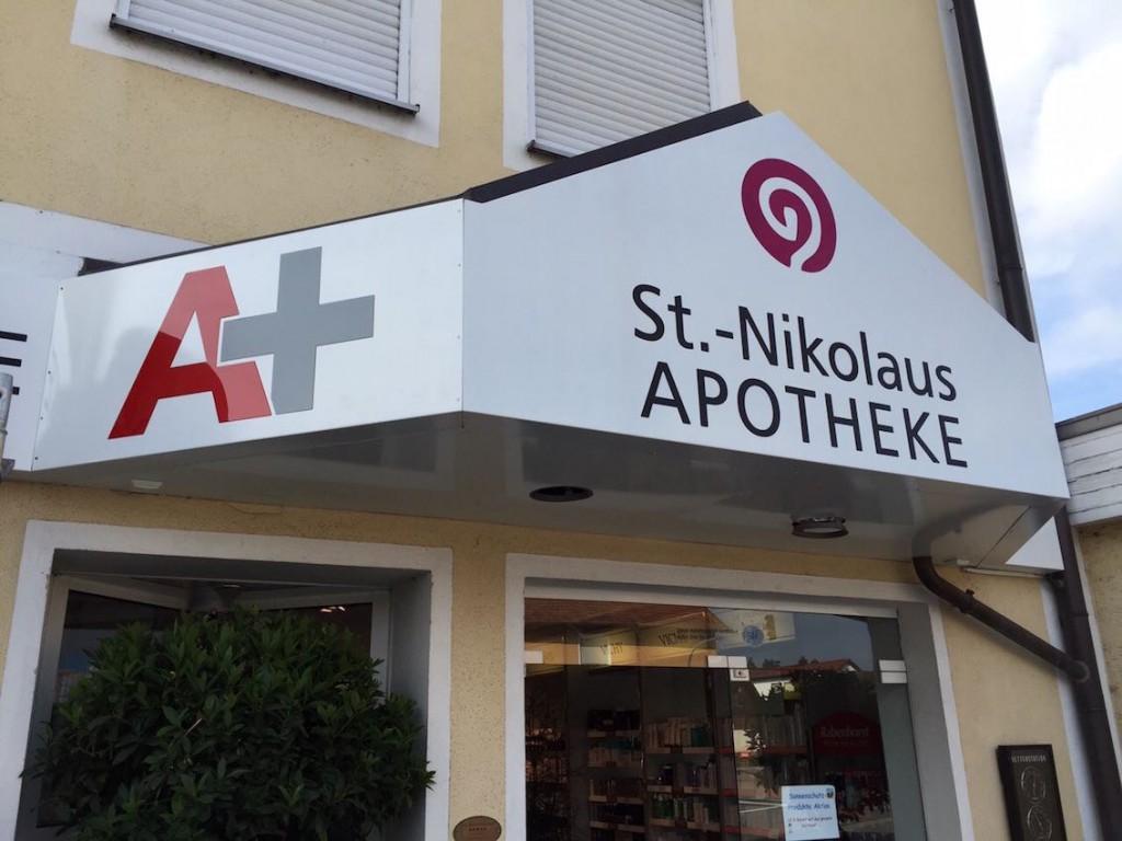 Werbeanlage St.Nikolaus Apotheke dekupiert