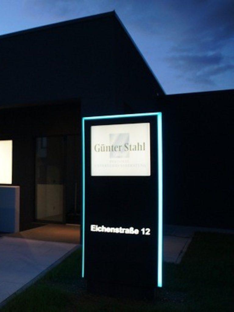 Werbepylon dekupiert und hinterlegt mit 3-seitiger LED Kontur (Nachtansicht)