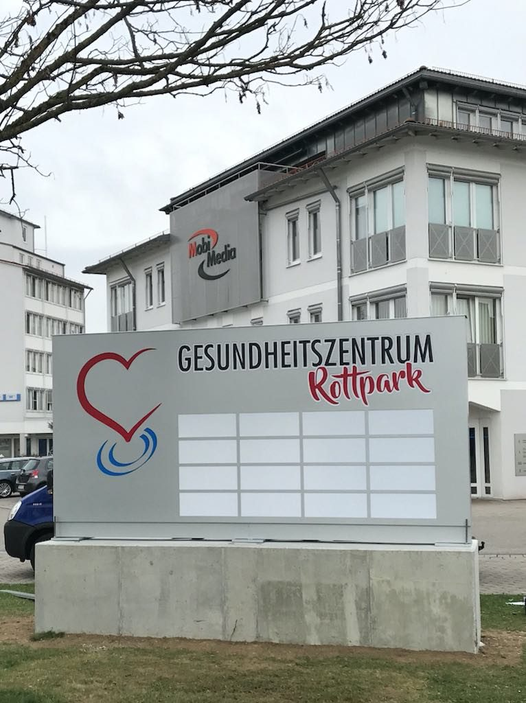 Werbepylon dekupiert und mit Plexiglas hinterlegt Gesundheitszentrum