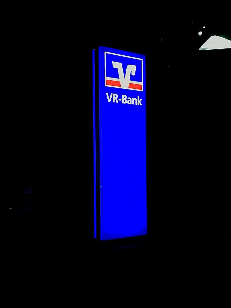 Werbepylone Werbestele VR-Bank