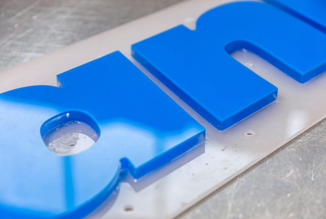 Acrylbuchstaben lasern