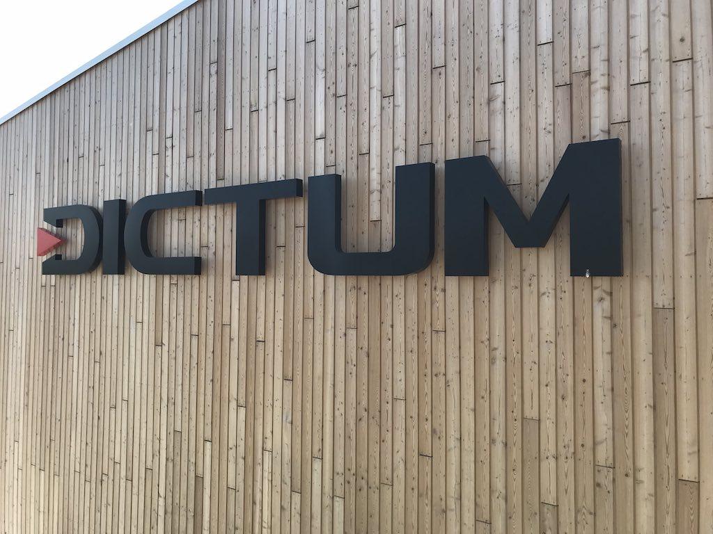 Einzelbuchstaben auf Holzfassade