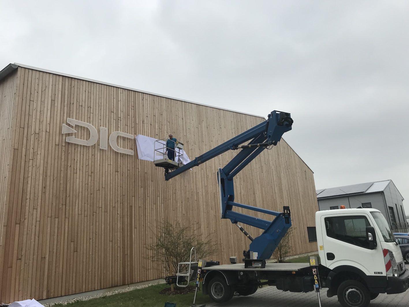 LED Einzelbuchstaben auf Holzfassade 2