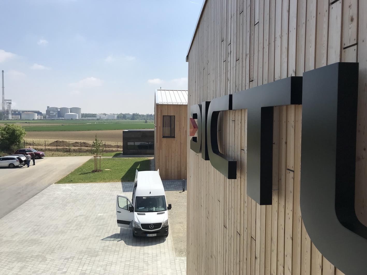 LED Einzelbuchstaben auf Holzfassade 4