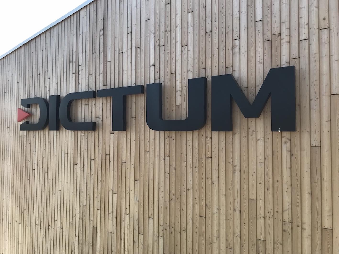 LED Einzelbuchstaben auf Holzfassade 5