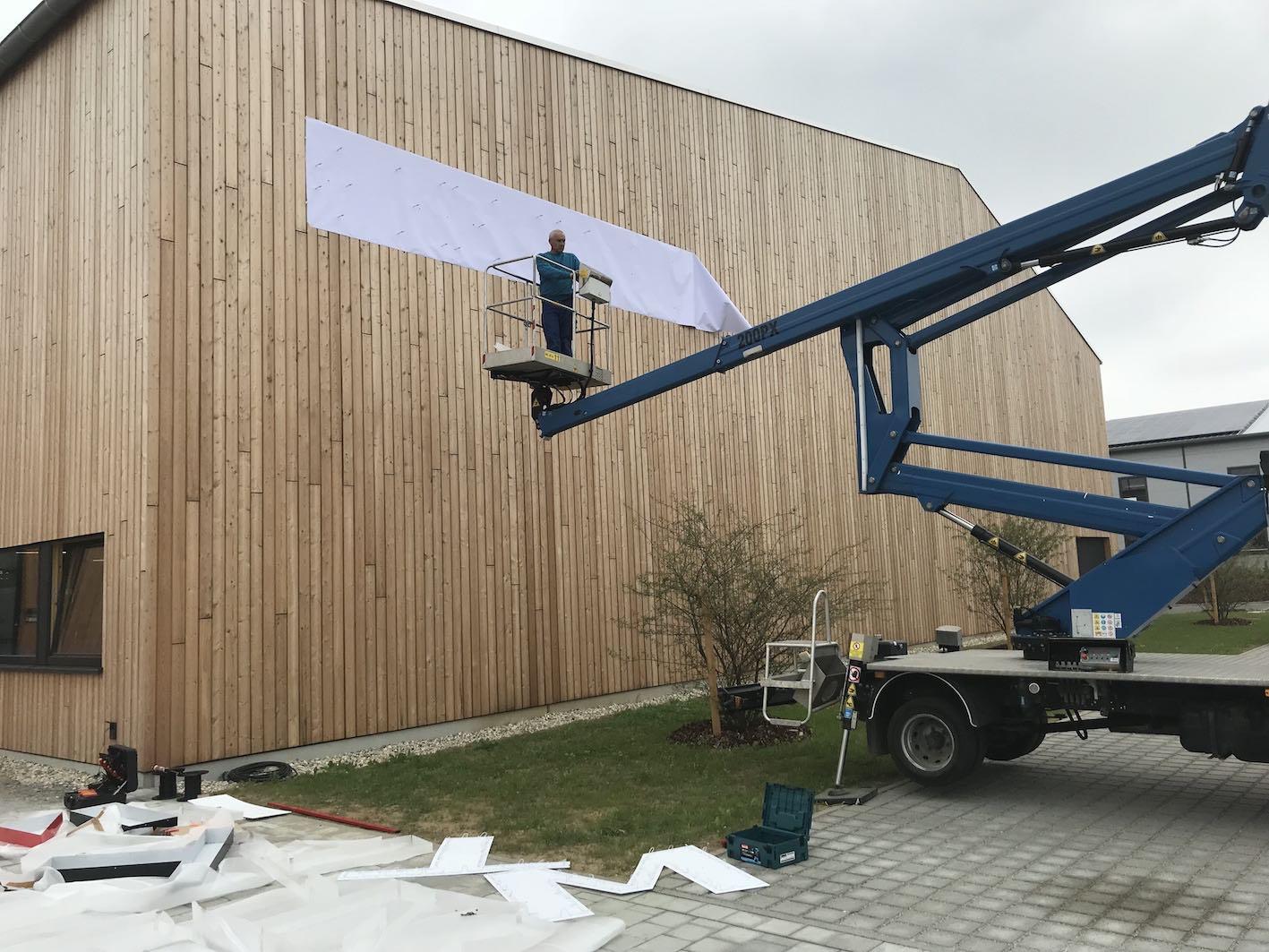 LED Einzelbuchstaben auf Holzfassade