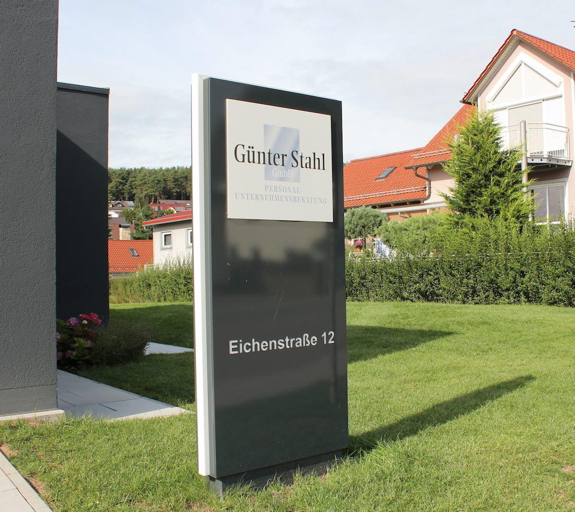 Steuerberater Rechtsanwalt Werbepylon in Schwarz