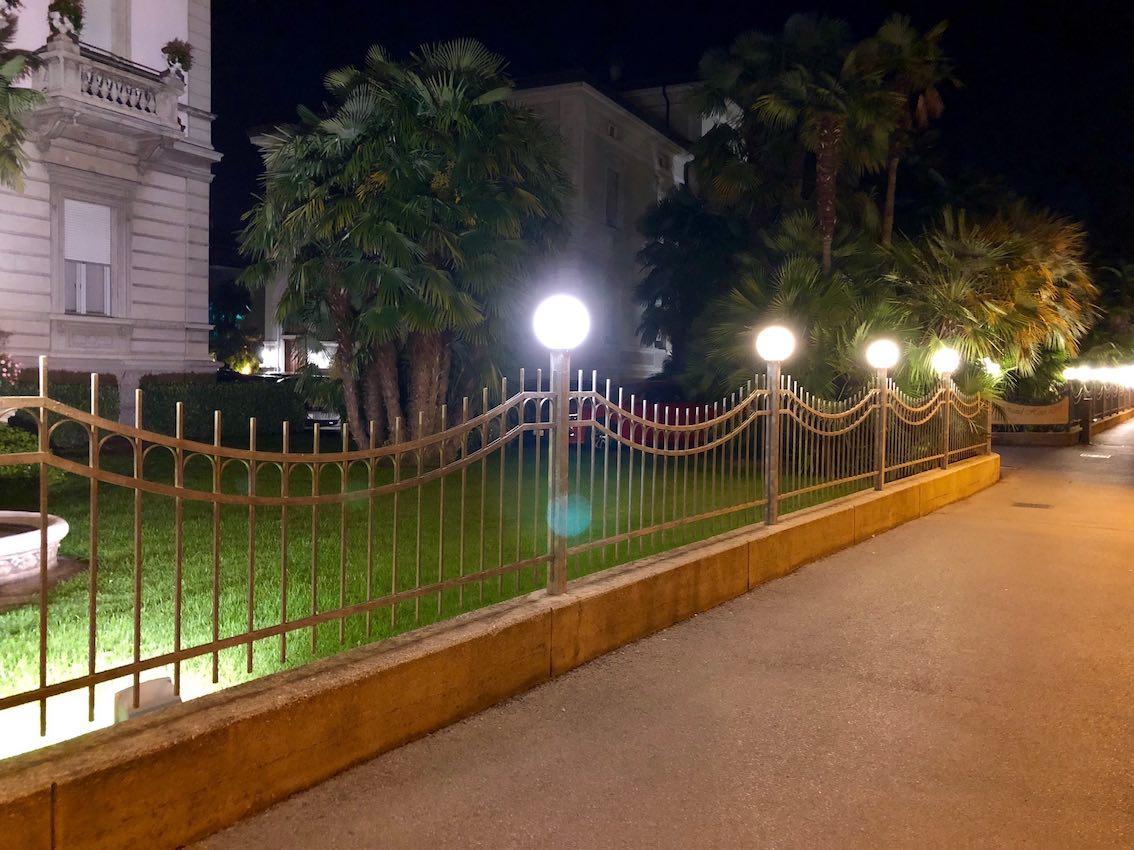 Beleuchteter Gartenzaun