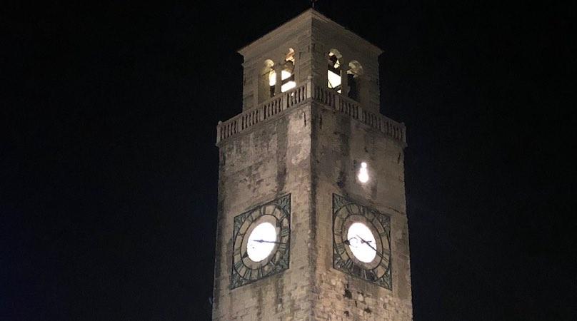 Von hinten beleuchtetes Uhrenblatt von Kirchenuhr
