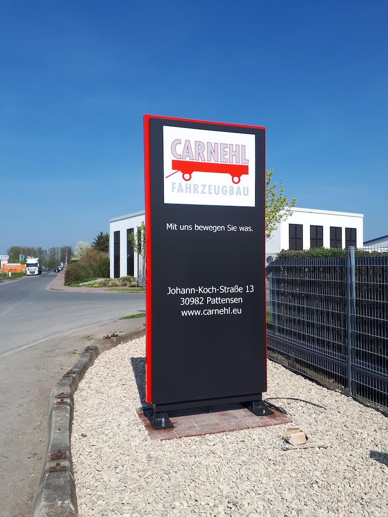 Dreiseitig beleuchteter Werbepylon in Schwarz Rot