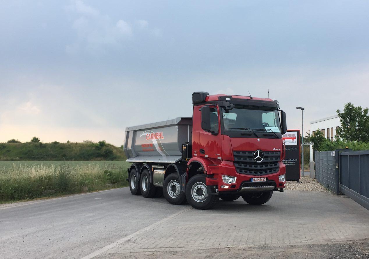 Rot Schwarzer Werbepylon mit LKW in gleicher Farbe