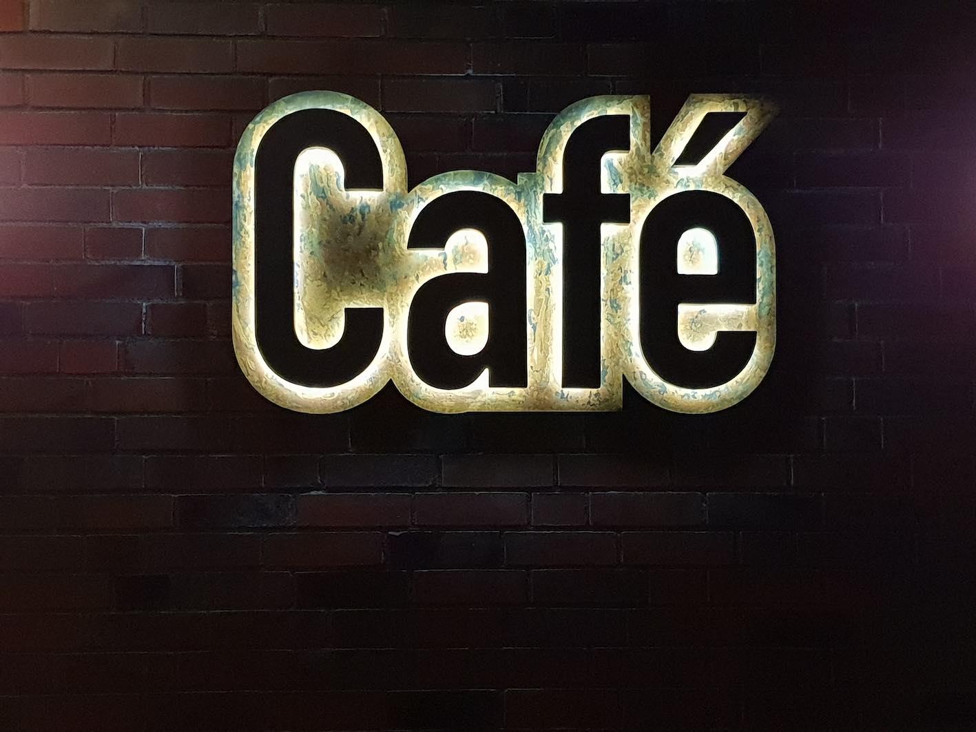 Cafe LED Einzelbuchstaben von hinten beleuchtet an Hauswand
