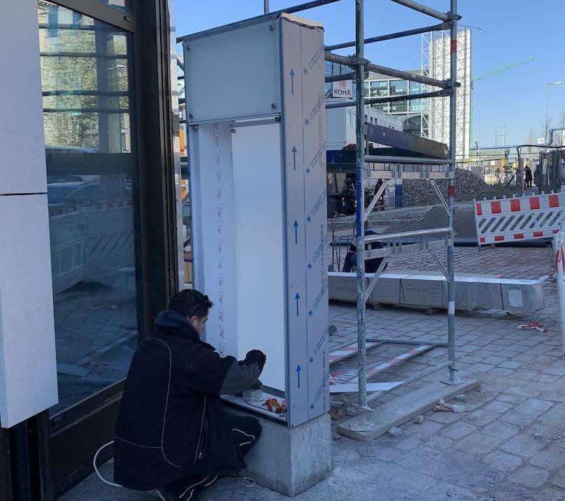 Werbestele aus Glas Montage in Berlin