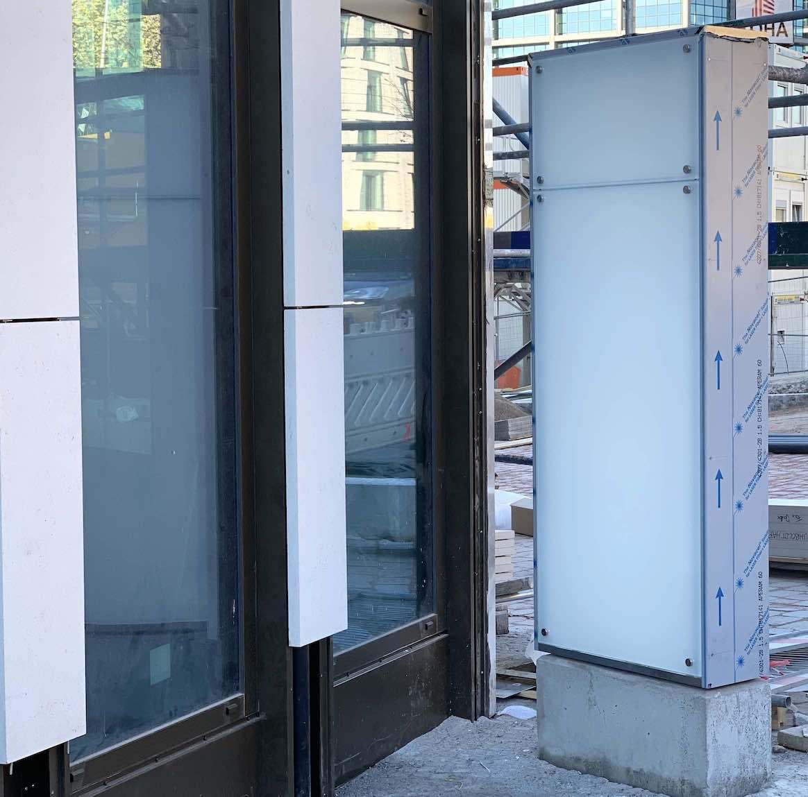 Werbestele aus Glas im Aufbau