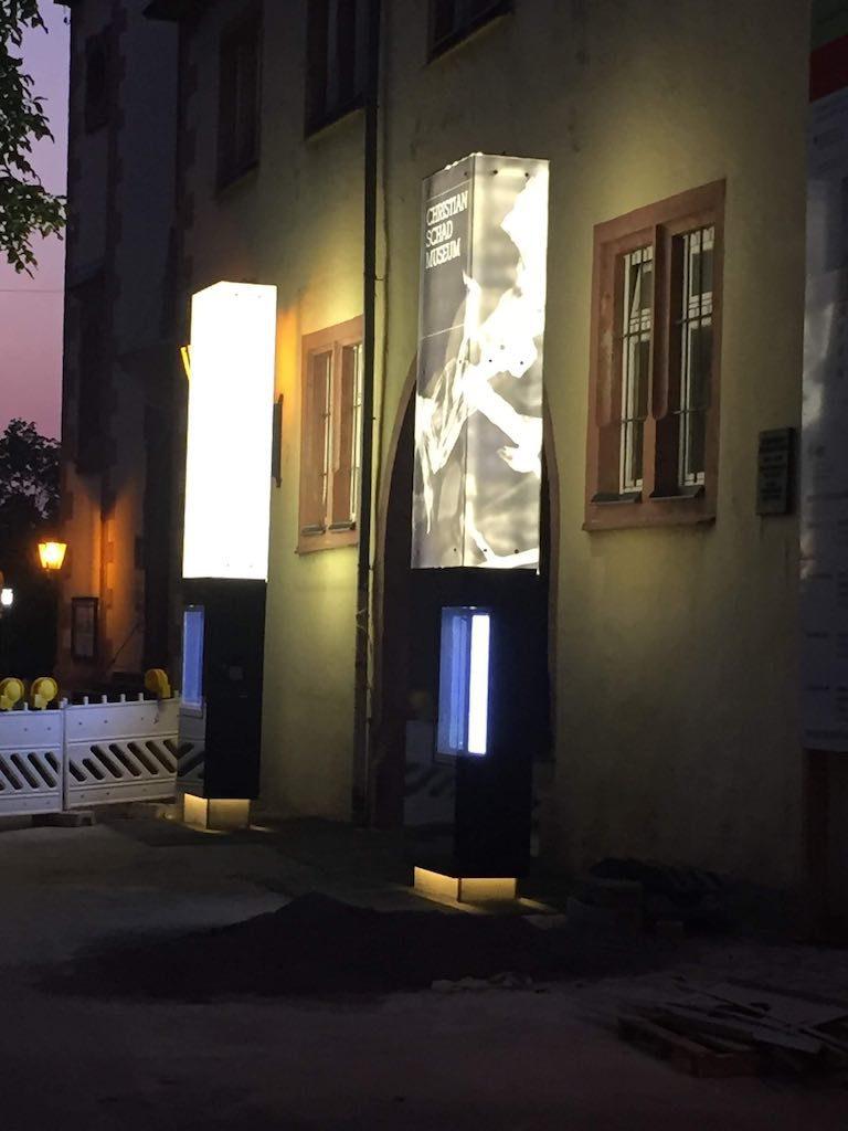 Beleuchteter Werbepylon Museum