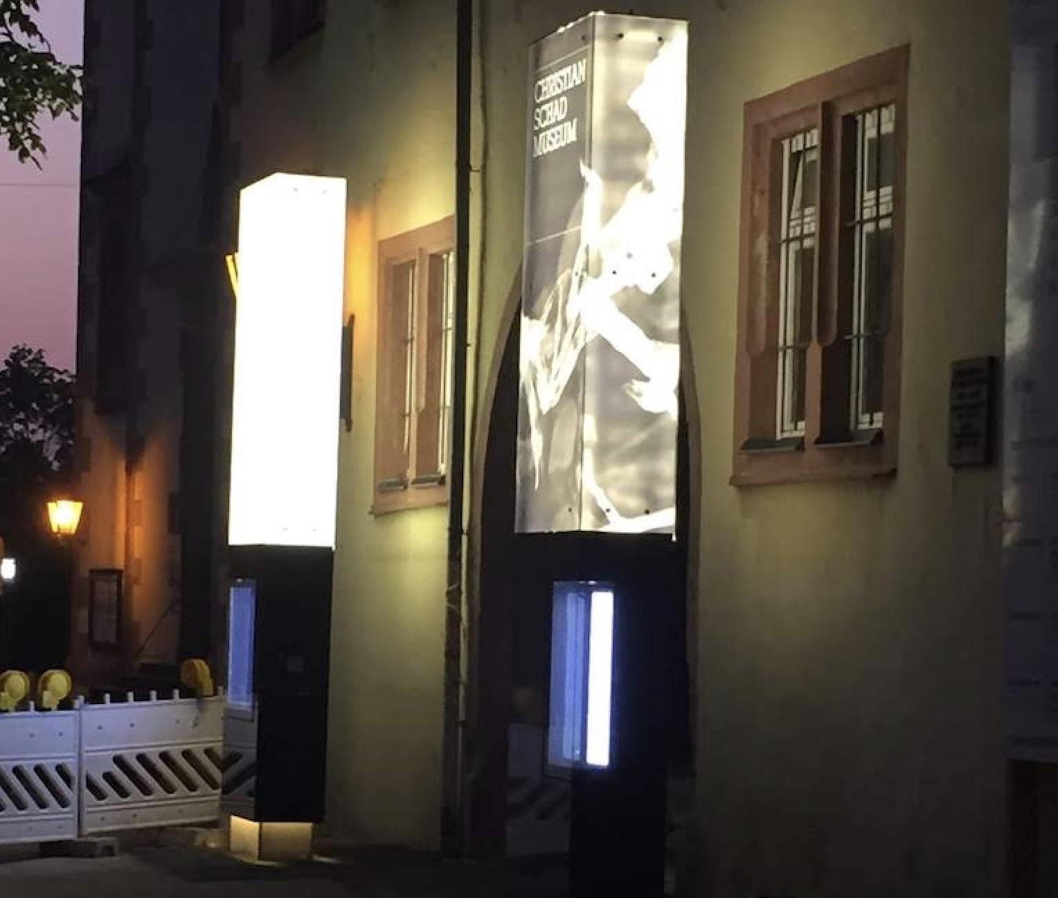 Werbepylone Glas beleuchtet