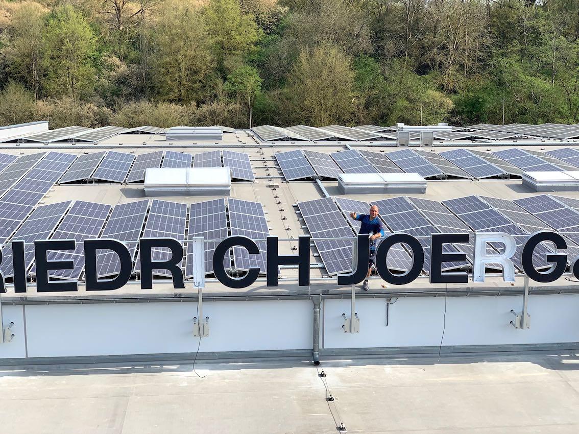Schwarze LED Leuchtbuchstaben auf Dach Werbeanlage