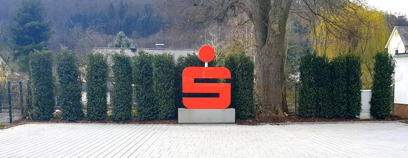 Sparkassen-S in Rot freistehend