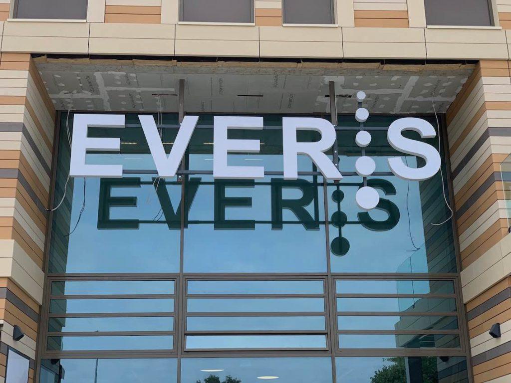 Weiße große Leuchtbuchstaben über Einkaufszentrum