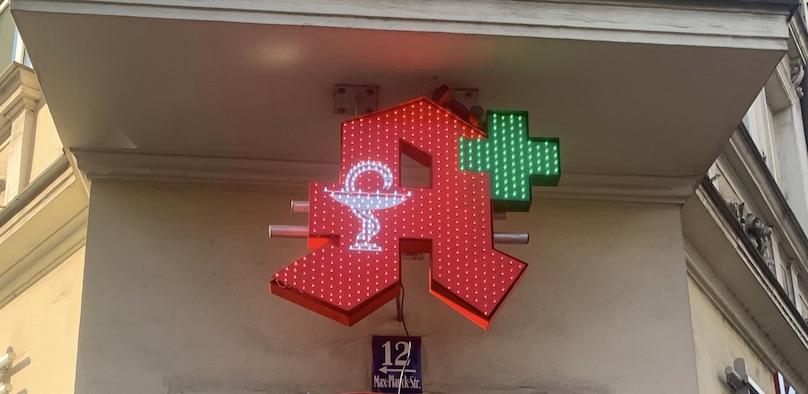 Apotheken A in Rot mit grünem Kreuz