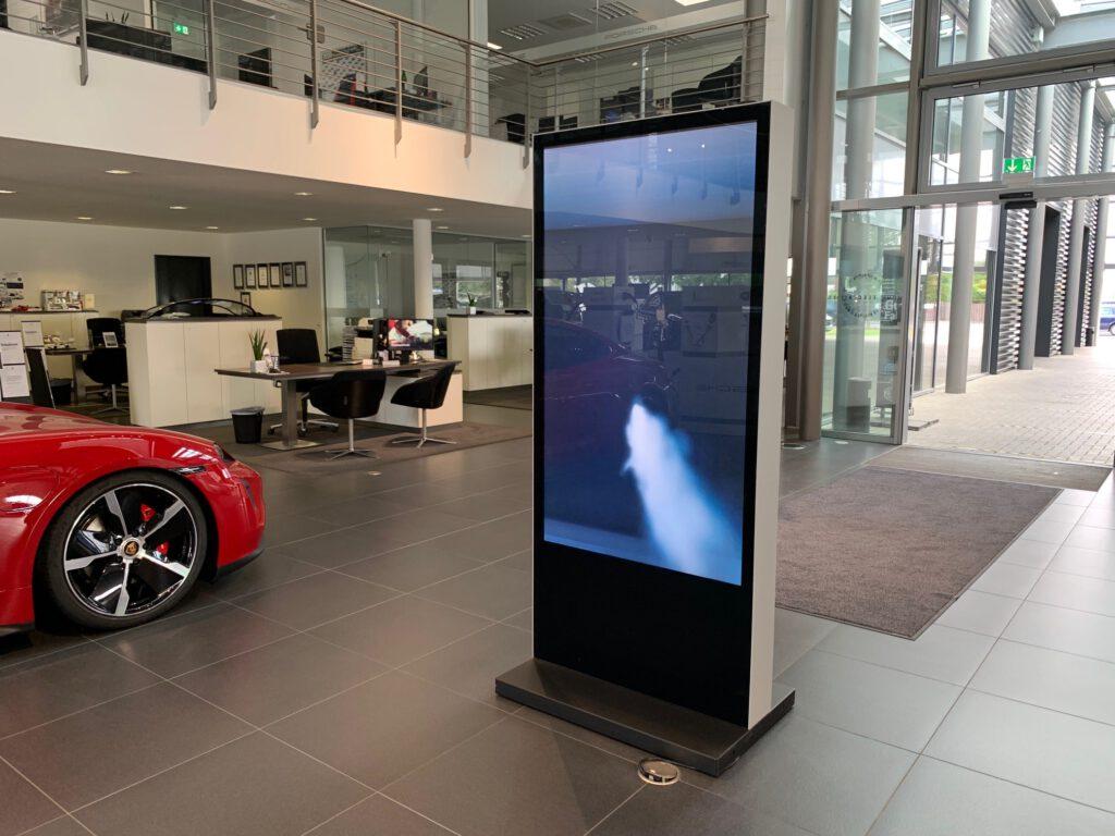 Elektronische Werbetafel Innen im Autohaus